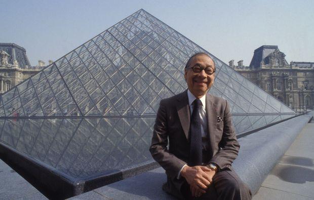 L'architecte Ieoh Ming Pei la maquette de la Pyramide du Louvre, en mars 1989.