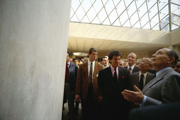 L'architecte Ieoh Ming Pei, François Mitterrand et Jack Lang lors de l'inauguration de la Pyramide du Louvre, le 29 mars 1989.