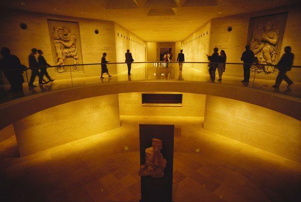Le Louvre rénové, lors de l'inauguration de la Pyramide, le 29 mars 1989.