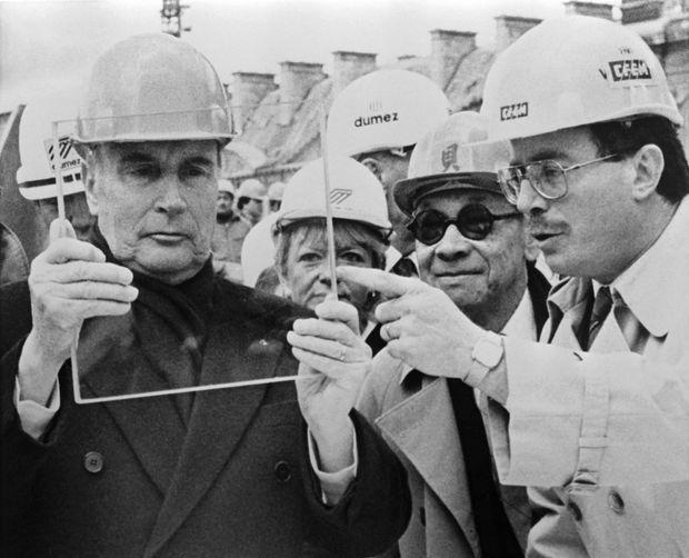 François Mitterrand visitant les travaux de la Pyramide du Louvre, le 10 avril 1987.