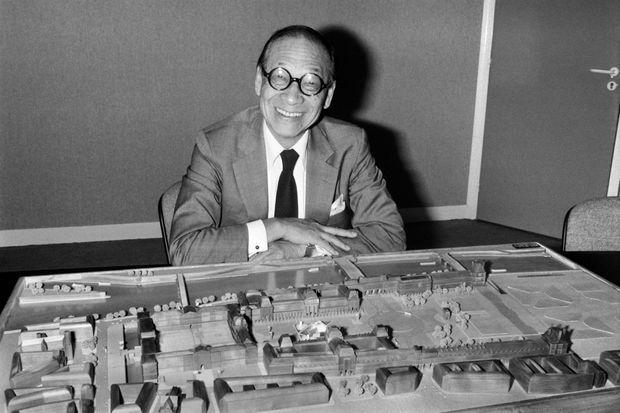 L'architecte Ieoh Ming Pei devant la maquette de la Pyramide du Louvre, le 27 septembre 1985.