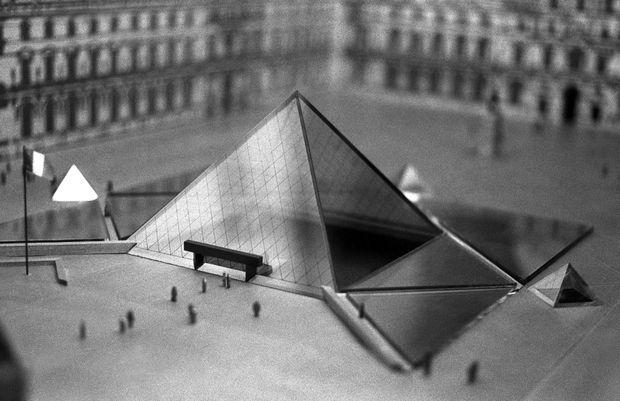La maquette de la Pyramide du Louvre.