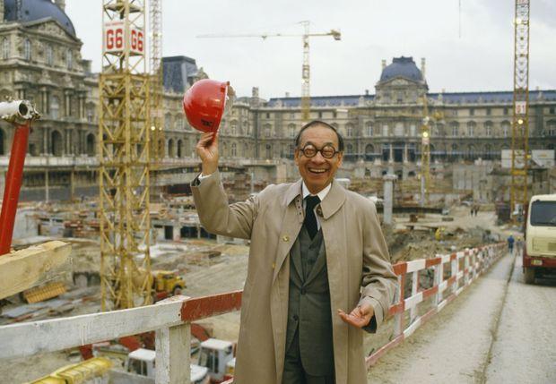 L'architecte Ieoh Ming Pei sur le chantier de la Pyramide du Louvre, le 31 octobre 1986.