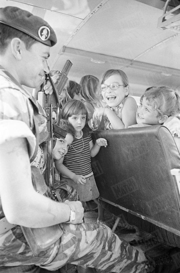 """"""" Maintenant les cars d'enfants sont escortés par deux légionnaires. Ils sont devenus leurs amis. """" - Paris Match n°1395, 21 février 1976."""