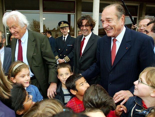Luc Ferry et Jacques Chirac avec le physicien Georges Charpak, en octobre 2002, dans une école de Troyes.