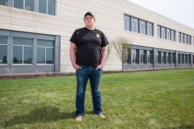 Lucas Kramer, 18 ans, étudiant à l'école, passionné de politique, et futur éleveur de porcs.
