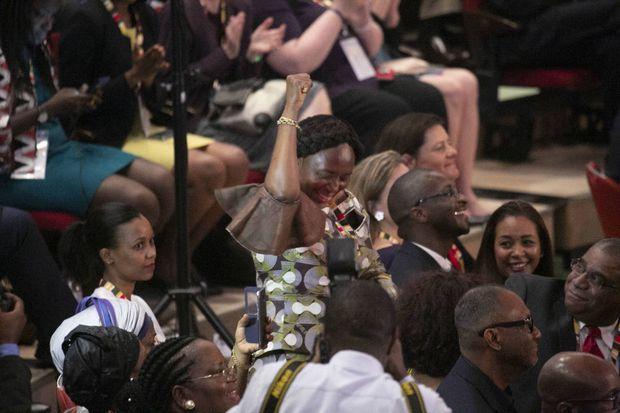 Au milieu de la cérémonie, Lucia, l'amie d'Ellen Johson Sirleaf, se lève sous le regard complice d'Adama Sirleaf (à Dte), le fils de l'ancienne présidente du Liberia et médecin urgentiste aux Etats-Unis