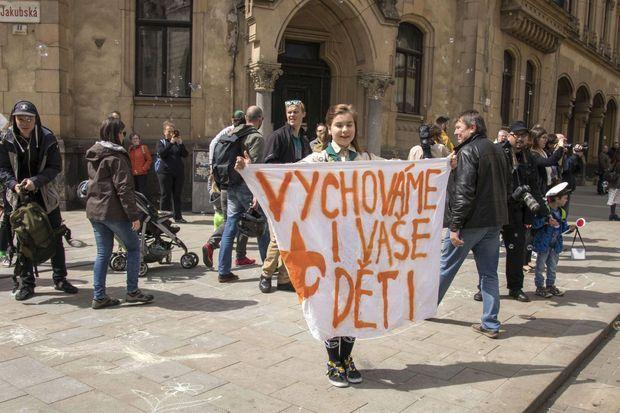 Lucie Myslikova durant la contre-manifestation du 1er mai à Brno, en République tchèque. Sur sa banderole, il est écrit : «Nous éduquons vos enfants».
