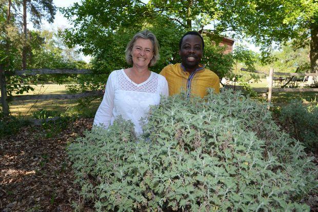 Le Dr. Jérôme Munyangi et Lucile Cornet-Vernet, fondatrice de la Maison de l'Artemisia, chez elle dans l'Oise, le 7 mai 2020.