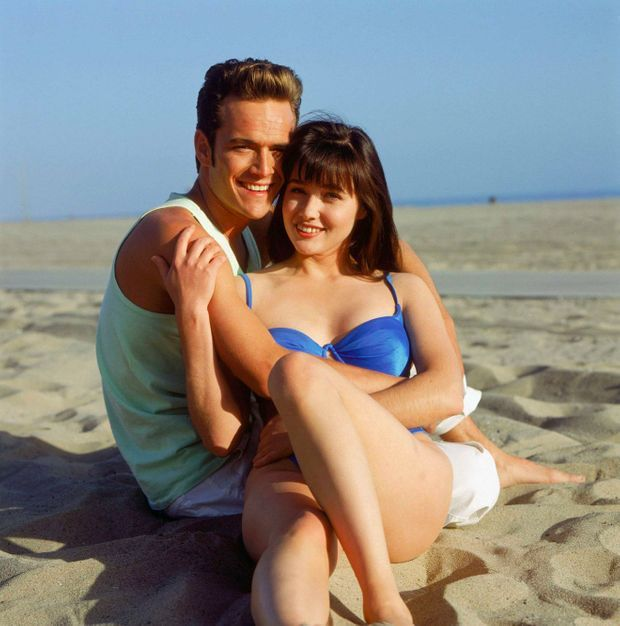 "Luke Perry et Shannen Doherty dans ""Beverly Hills"" en 1990."