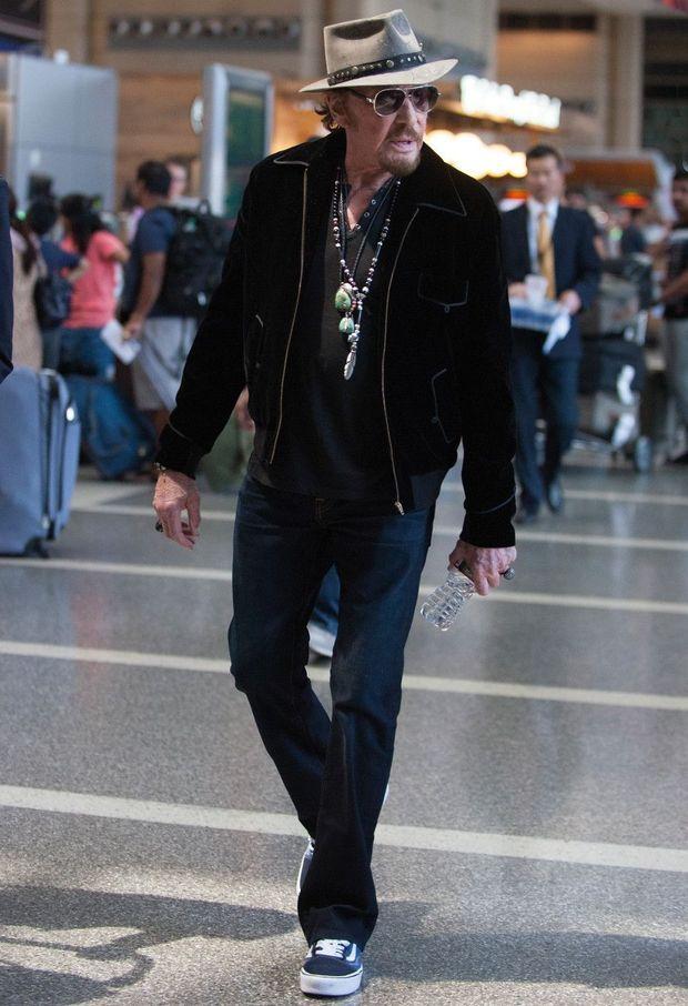 Lunettes noires et grigris, à l'aéroport de Los Angeles, avant d'embarquer pour Paris, le 29 mai.