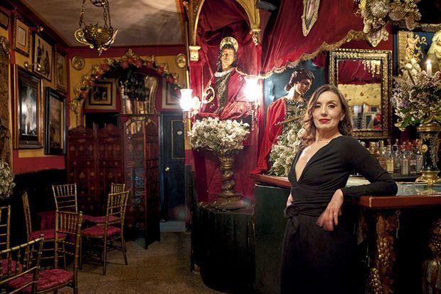 La diva dans le décor kitsch du bar Garlochi.