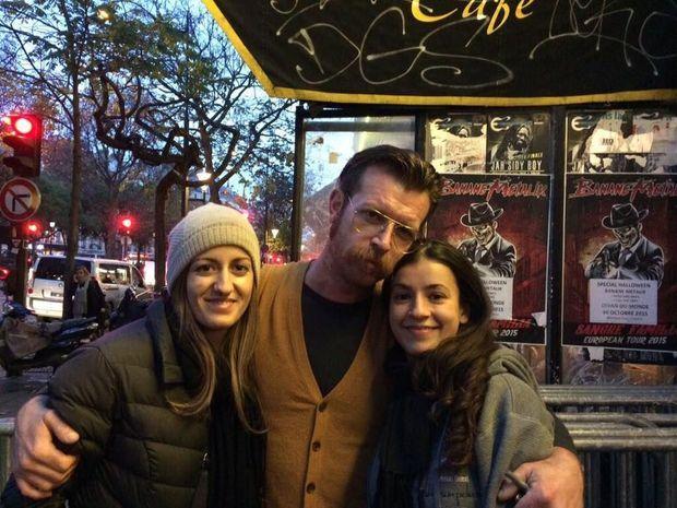 Juste avant le concert au Bataclan, frappé par l'attaque terroriste, Lydia et son amie avec le chanteur du groupe Eagles Of Death Metal.