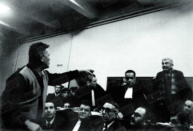 Dramatique face-à-face entre Clovis et Gaston Dominici en novembre 1954. Le fils accuse son père d'avoir tué la famille Drummond. D'abord condamné à mort, Gaston Dominici sera finalement gracié. C'est le dernier procès à être photographié.
