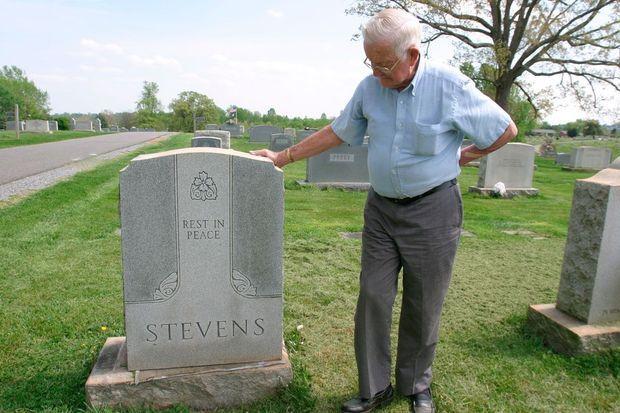 En avril 2004, Roy sur la tombe de son frère jumeau, au cimetière de Bedford.