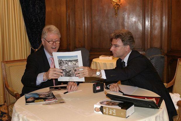 Olivier Royant en compagnie de l'ancien président des Etats-Unis Bill Clinton, en 2004.