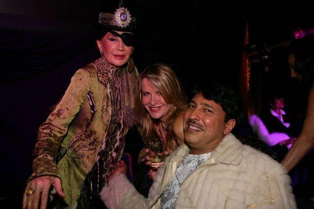 En 2006, lors d'une soirée à Gstaad: Jacqueline de Ribes en pirate avec avec Eugenia de Serigny et le prince Mubarak Al-Sabah