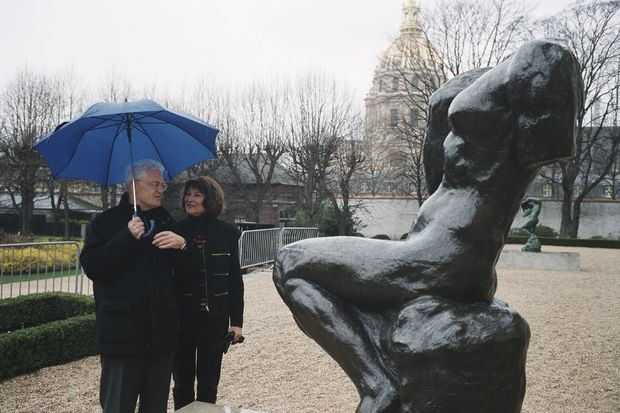 Sylviane Agacinski et Lionel Jospin partagent un coin de parapluie en 2002, au musée Rodin à Paris.