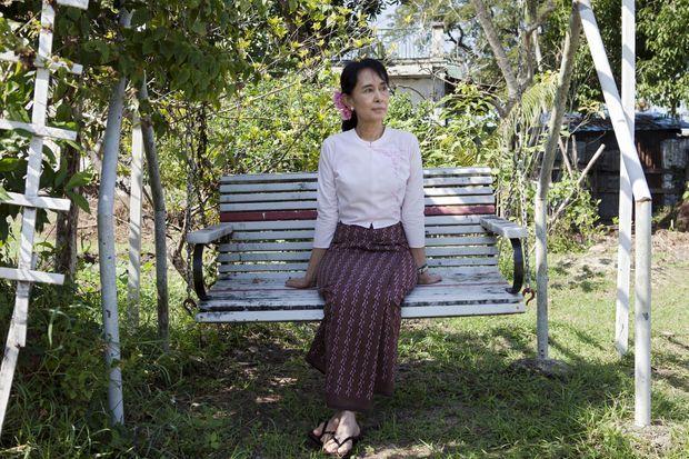Aung San Suu Kyi dans le jardin de sa résidence.