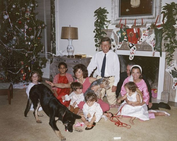 Noël avec les Kennedy, à Palm Beach, en 1962. A gauche, Caroline. Sur les genoux de Jackie, Anthony, le fils de Lee. Devant, John-John. Dans les bras de Lee, sa fille Tina. Derrière, Stas Radziwill, à côté de JFK.