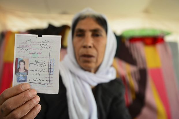 Zahara, avec la photo d'identité de sa fille Bischra, 18 ans, emprisonnée à Mossoul. Elle est parvenue à la joindre par téléphone une seule fois. Mais n'a pas eu le courage de lui annoncer la mort de son époux. Bischra était mariée depuis deux ans.