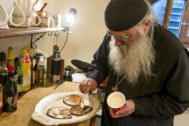 Dans la petite cuisine du monastère, frère Jean coupe, hache, mijote et fait naître des chefs-d'œuvre de simplicité gastronomique.