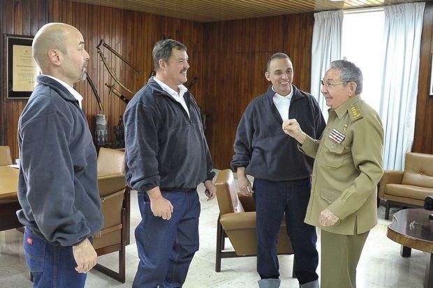 Raul Castro reçoit les espions cubains arrêtés à Miami en 2001 et libérés en échange d'un agent américain prisonnier à Cuba depuis vingt ans.