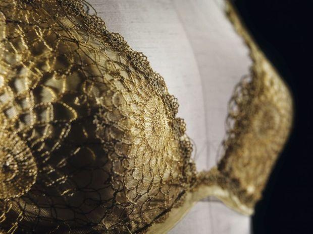 Modèle La Perla. Un fil d'or 18 carats est mêlé à la broderie en dentelle