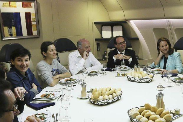 Le 27 février 2015, fans l'avion présidentiel à destination des Philippines pour défendre le climat: François Hollande entouré par Laurent Fabius et Ségolène Royal, et des actrices Marion Cotillard et Mélanie Laurent.