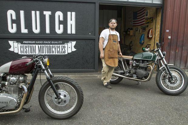 Willie en grande tenue d'artisan devant deux de ses oeuvres : une Triumph Bonneville T 100 et une Yamaha XS 650 revues et corrigées.