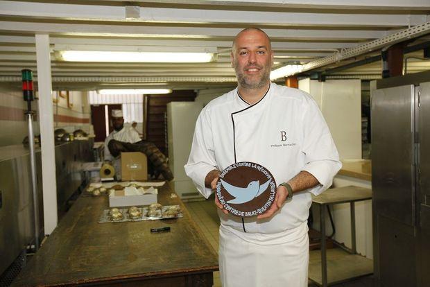 Bernachon présente l'une de ses créations chocolatées au service de la lutte contre la récidive.