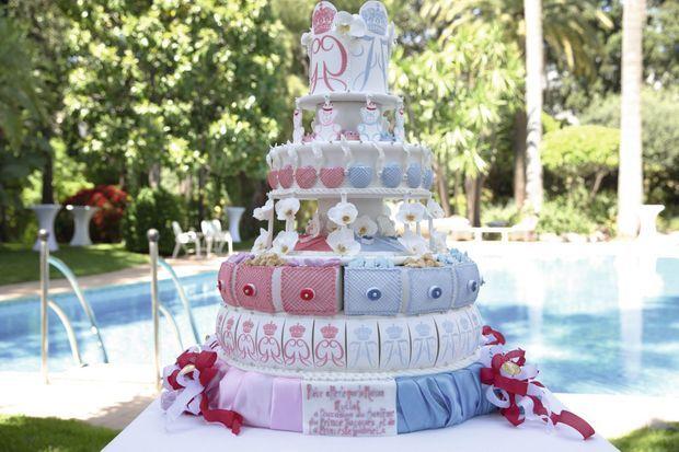 Une pièce montée rose et bleu aux initiales des jumeaux offerte par la Maison Mullot. Deux cents invités ont pu y goûter.