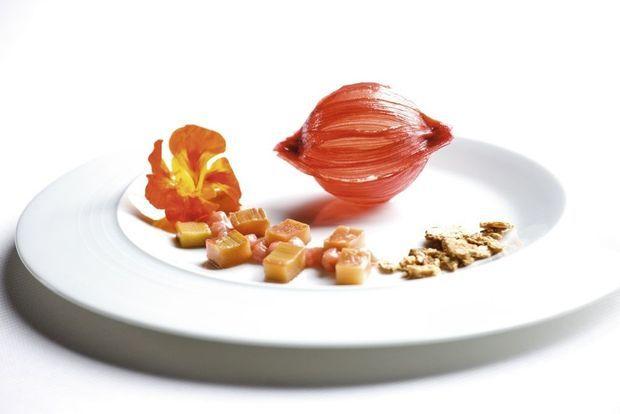 Dessert à la rhubarbe au sirop de poivre Sancho.