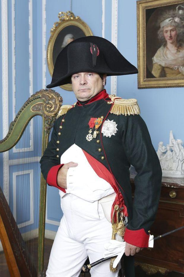 L'empereur explique le geste célèbre, la main sur l'estomac : « Les habits n'avaient pas de poches, il fallait bien mettre sa main quelque part… »