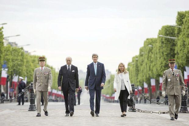 Le 8 mai 2015, Laurent Fabius, le secrétaire d'Etat John Kerry (à dr.) et Mme l'Ambassadeur se rendent sur la tombe du soldat inconnu.