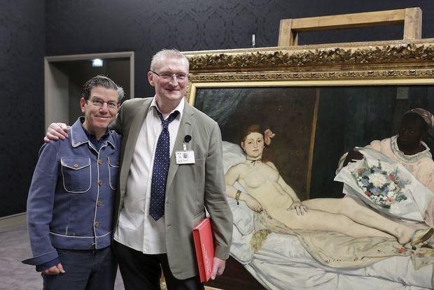 Robert Carsen (à g.), scénographe, et Guy Cogeval, président du musée d'Orsay, devant « Olympia » de Manet.