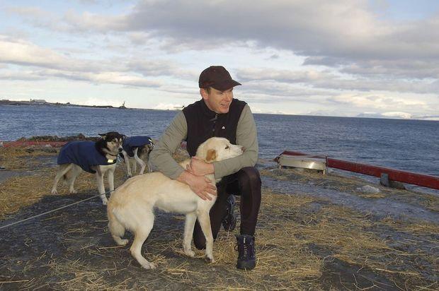 Avec Charlie, son chien de tête, juste avant le départ pour le Grand Nord, en 2006, à Longyearbyen, en Norvège.