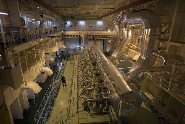 Un moteur géant de 11 cylindres en ligne ; 26 marins et mécanos sufsent à diriger ce monstre.