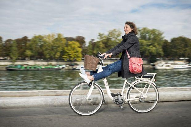 Alice, ingénieur, essaie un vélo à assistance électrique pour la première fois. Coup de foudre.