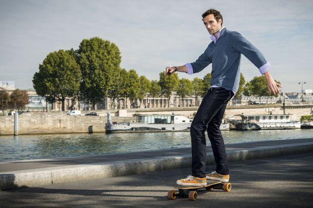 Jean-Baptiste, journaliste à Paris Match, sur un skateboard électrique.