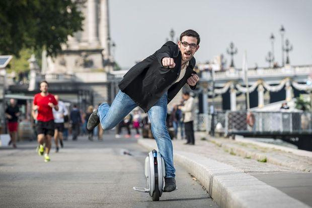 Olivier, responsable digital chez Ninebot, à gyroroue Ninebot One, inspiré du monocyle de cirque.