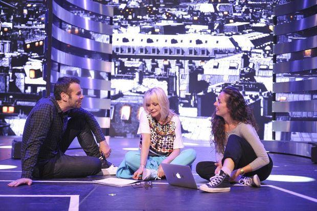 Avec le metteur en scène Ladislas Chollat et la chorégraphe Marion Motin, dans le décor du spectacle : la discothèque Lola's.