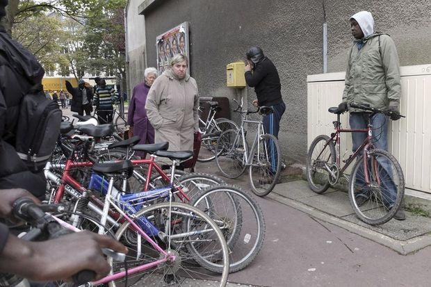 Le vélo est le moyen de transport indispensable pour parcourir les 7 kilomètres séparant le camp du centre-ville.