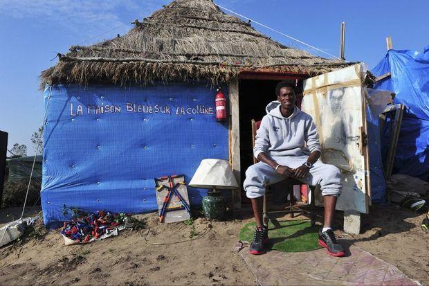 Alpha, artiste mauritanien polyglotte, installé depuis un an à Calais, fait ofce de conciliateur entre migrants et population locale.