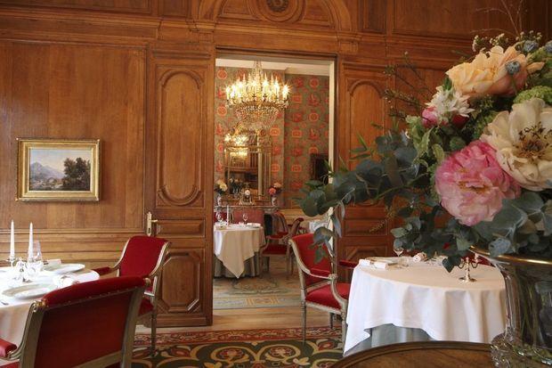 A deux pas des Champs-Elysées, la salle à manger est un écrin de poésie dont chaque détail attire le regard.