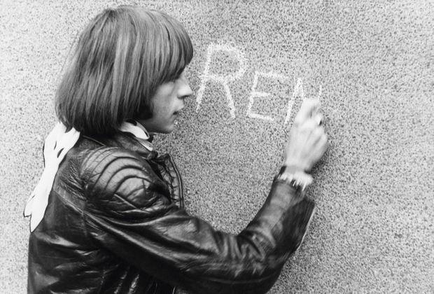 Il écrit sur les murs, mais à la craie. Son premier album, en 1975 : « Amoureux de Paname ».