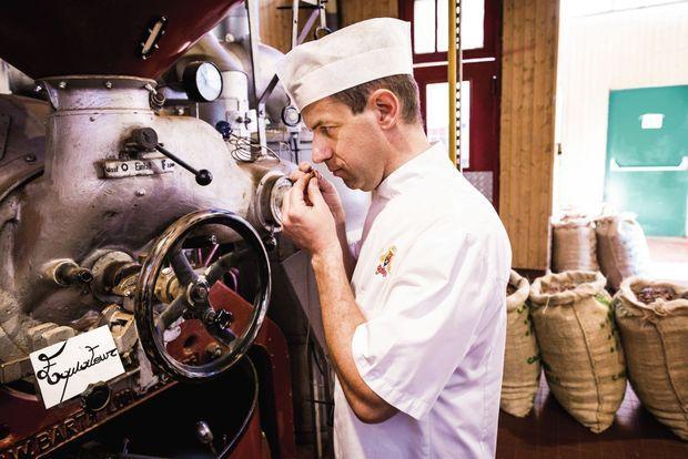 Jean-Luc Armanet, chef chocolatier chez Bonnat, contrôle la torréfaction des fèves.