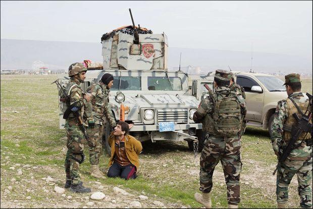 Au sud de Sinjar, le 17 novembre. Les hommes du colonel Mustafa Hajer mettent à l'écart un suspect de 21 ans.