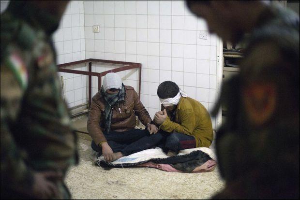 Dans la maison où sont logés nos journalistes, à Domis, dans les faubourgs de Sinjar. Les deux hommes y subiront leur premier interrogatoire.