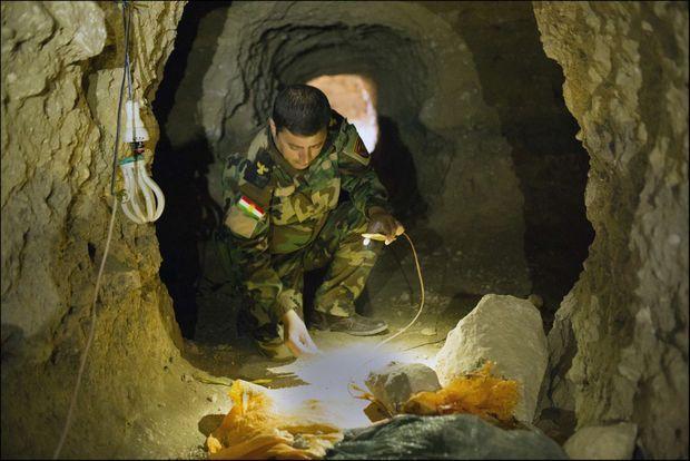 Un trou à rats bourré de 1 tonne d'explosifs. Entre les mains du colonel Peshkaf, le fil qui relie les bombes, réparties dans diférents contenants alimentaires